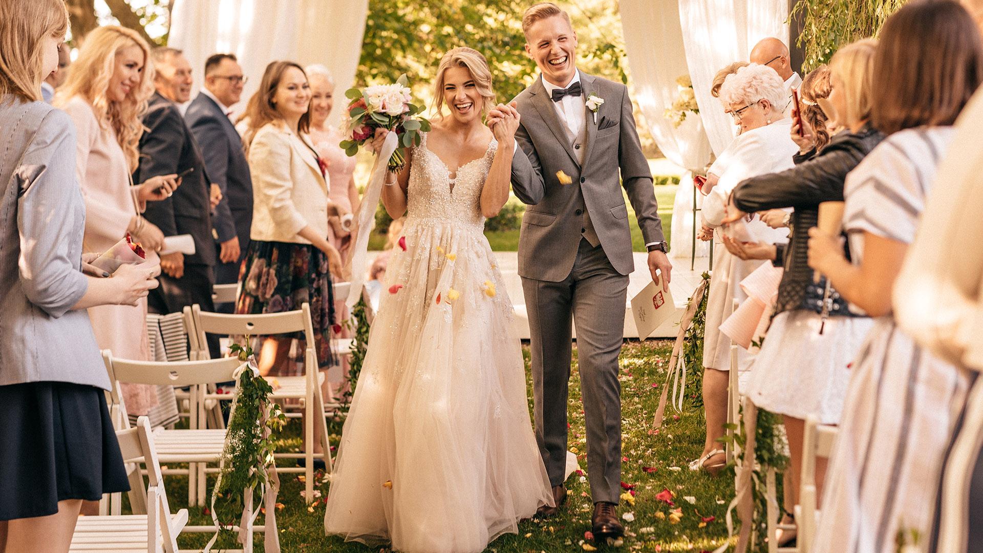 para młoda podczas ślubu w plenerze w białej wstążce